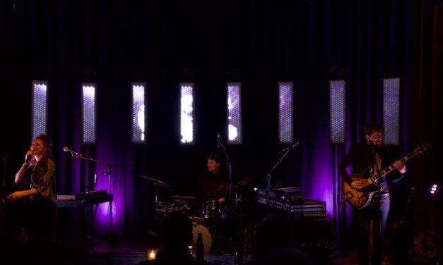 Isle laat hun debuutalbum horen in Beauforthuis in Austerlitz.