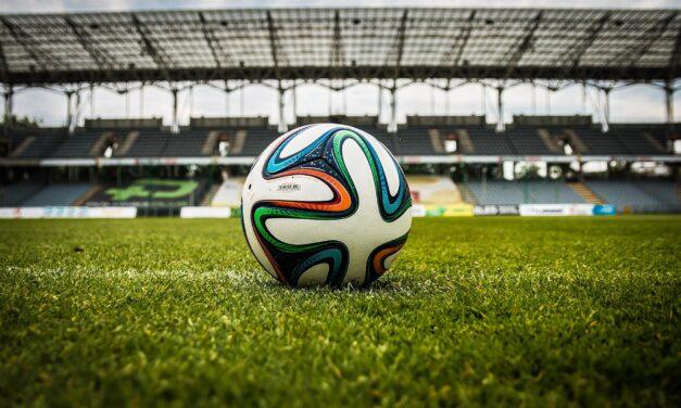 Luc (21) gaat met zijn voetbal bus het land door om sport en gaming te combineren