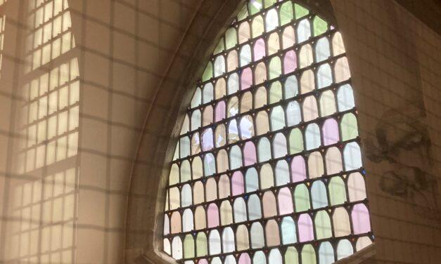 Ingegooid glas-in-lood raam Domkerk blijft nog wel even kapot
